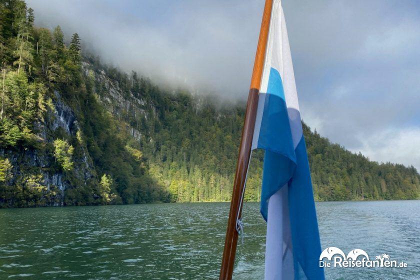 Rückwertige Sicht aus einem Ausflugsschiff auf dem Königssee