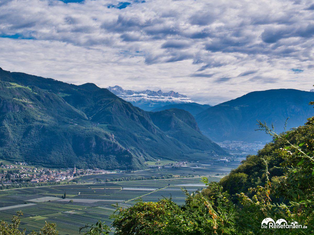 Blick ins Tal und zu den fernen Bergen