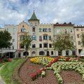 Blumenkunst vor dem Rathaus in Brixen