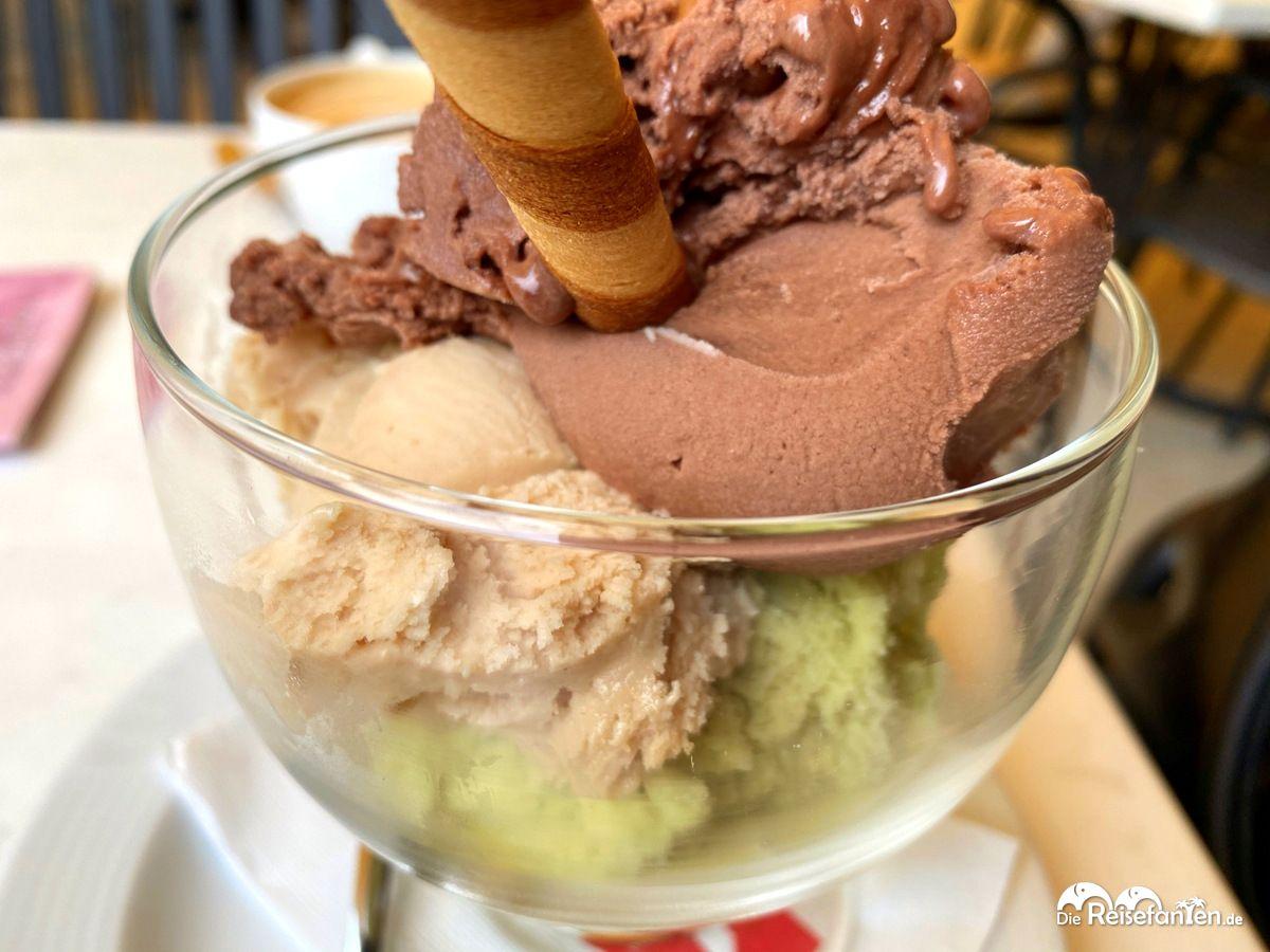 Gemischter Eisbecher im Cafe Erschbamer in Nals in Südtirol