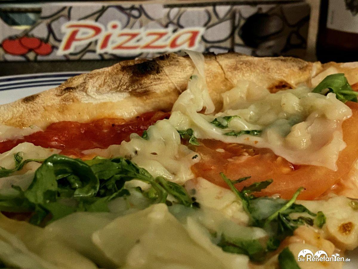 Leckere Pizza aus der Pizzeria Sandlstübele in Nals in Südtrirol