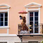 Lustiger Balkonhund in Brixen