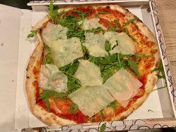 Pizza Italia aus der Pizzeria Sandlstübele in Nals in Südtirol