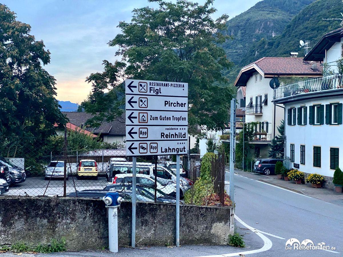 Wegweiser in Nals in Südtirol