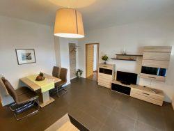 Wohnzimmer mit Essecke in der Residence Reinhild in Nals in Südtirol