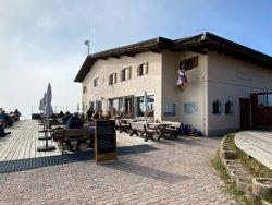Die Puflatschhütte der Seiser Alm in Südtirol