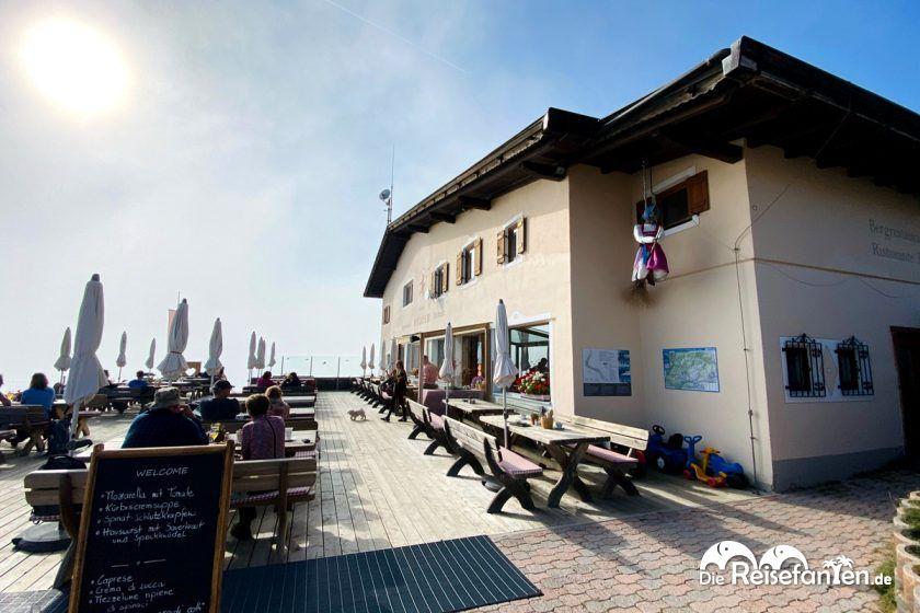 Puflatschhütte der Seiser Alm in Südtirol mit seiner Panoramaterrasse