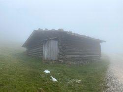 Holzhütte auf der Seiser Alm in Südtirol