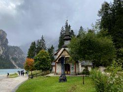 Kleine Kirche a Prager Wildsee in Südtirol