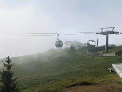 Liftanlage im Nebel auf der Seider Alm in Südtirol