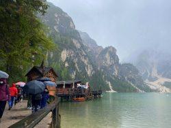 Menschenauflauf am Prager Wildsee in Südtirol
