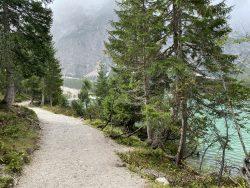 Rundwanderweg um den Prager Wildsee in Südtirol