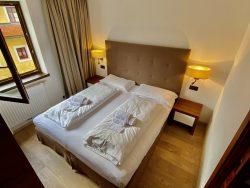 Schlafzimmer in der Ariston Dolomiti Residence in Toblach in Südtirol