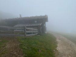 Urige Hütte am Wegesrand auf der Seiser Alm in Südtirol