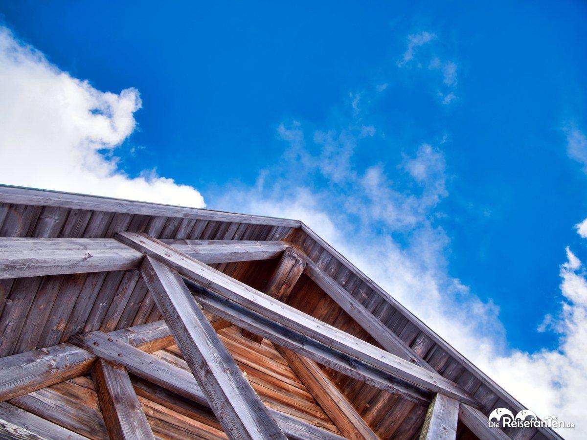 Das Dach der Chiesa di San Giovanni Gualberto am Passo Giau vor blauem Himmel
