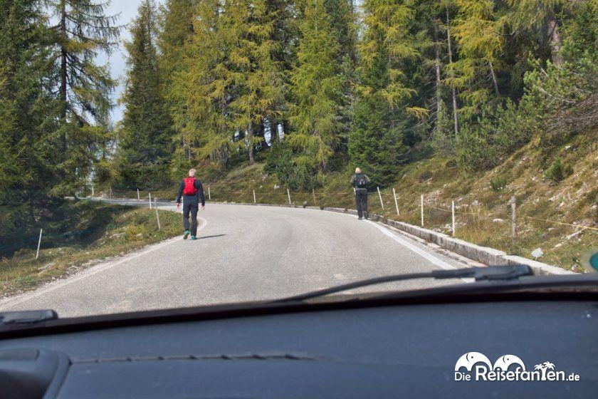 Der Fußweg von der Mautstelle zum Parkplatz der Drei Zinnen ist rund sechs Kilometer lang