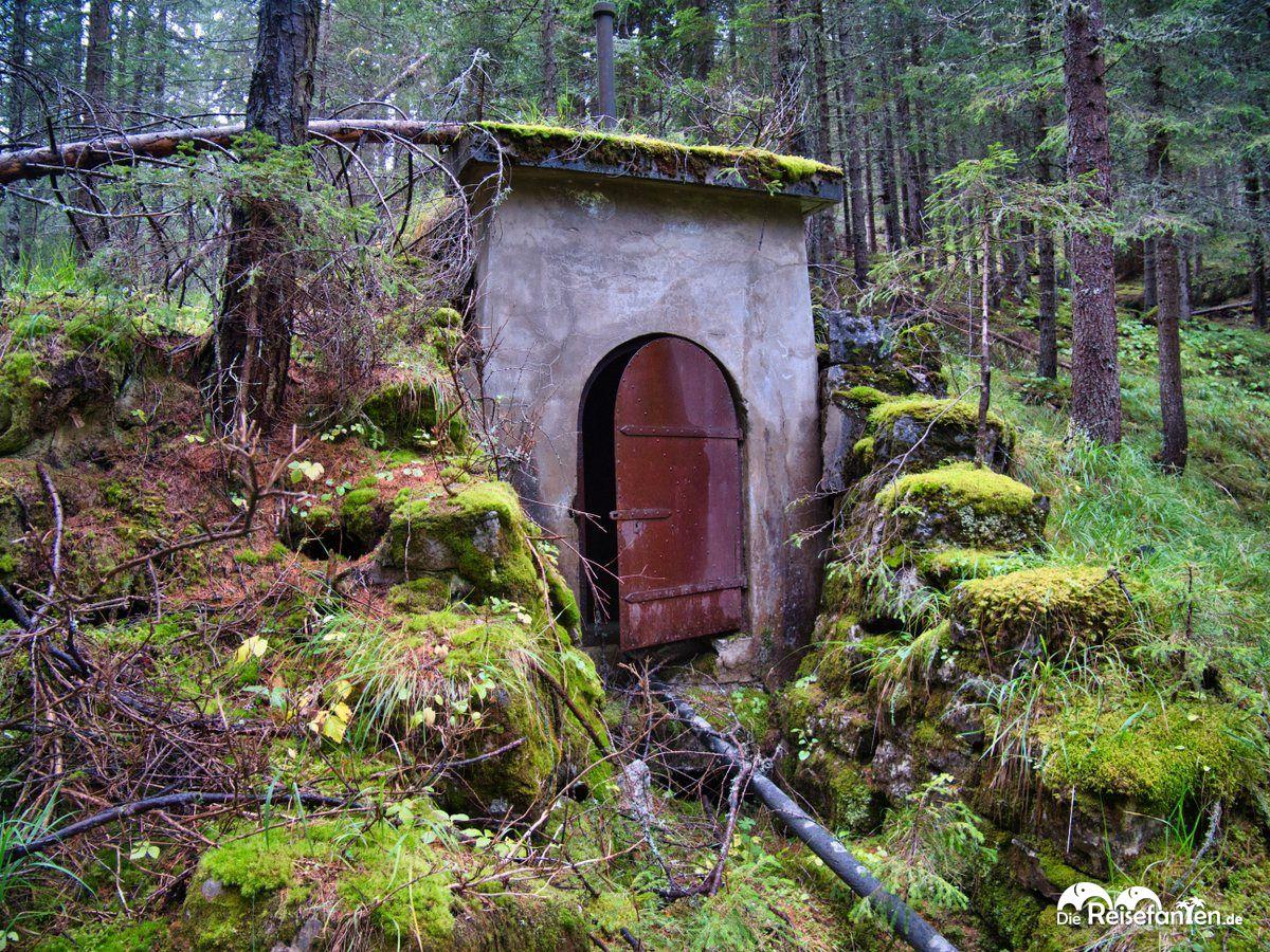 Ein altes Pumpenhaus im Wald