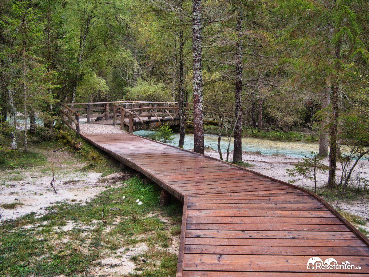Holzstege und Brücke am Toblacher See