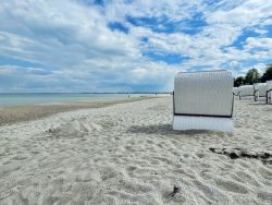 Leerer Strandabschnitt in Scharbeutz an der Lübecker Bucht