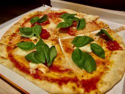 Pizza Caprese aus der Pizzeria Mexico City in Niederdorf in Südtirol