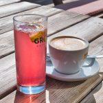 Skiwasser und Cappuccino
