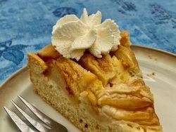 Apfelkuchen im Cafe Gruber