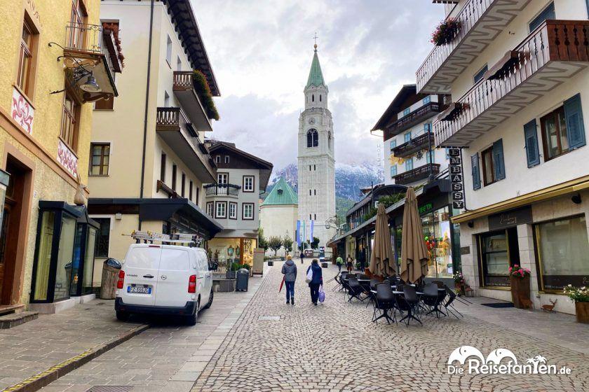 Blick auf die Philippus und Jakobus Kirche in Cortina d'Ampezzo