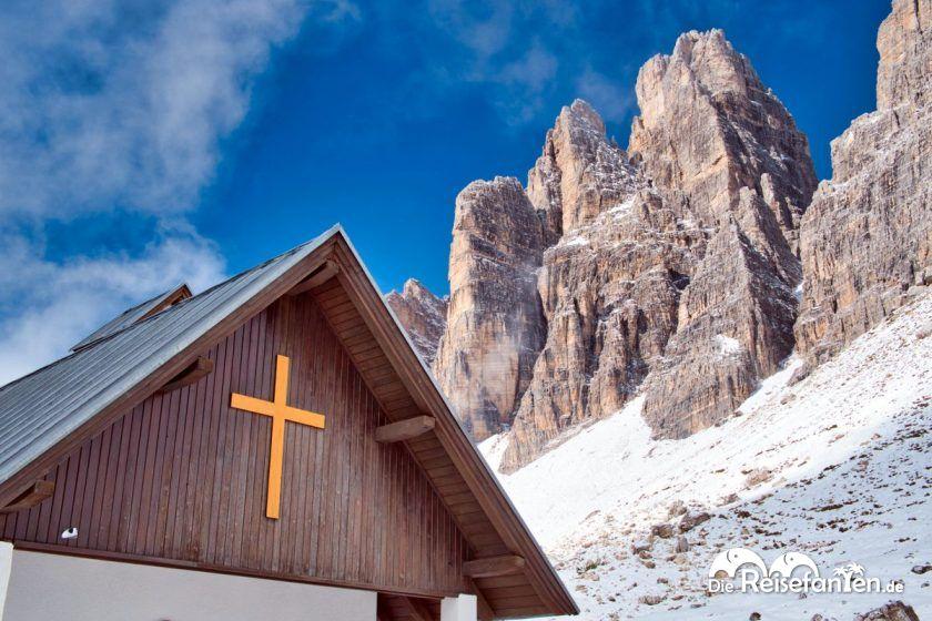 Die Cappella degli Alpini mit den Drei Zinnen im Hintergrund