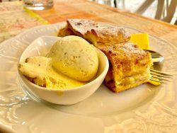 Strudel mit Vanilleeis im Cafe Marlen in Toblach