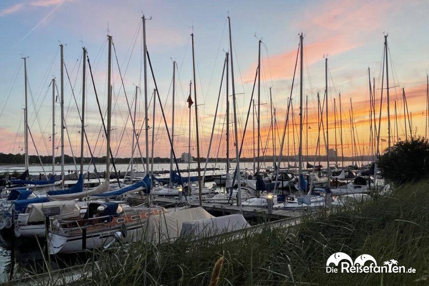 Der Hafen von Niendorf bei Sonnenuntergang