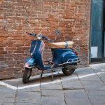 Vespa in der Via Pagliaresi in Siena