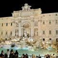 Der Trevi Brunnen ist auch am Abend sehr beliebt